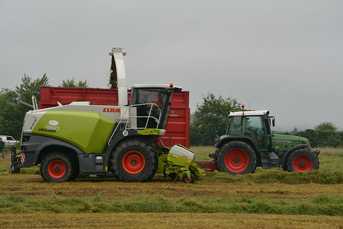 Claas Jaguar 860 SPFH filling a Broughan Engineering Mega HiSpeed Trailer drawn by a Fendt 716 Vario Tractor