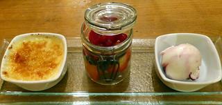 Crème Brûlée, Joghurt-Holundereis und Beerenfrüchte
