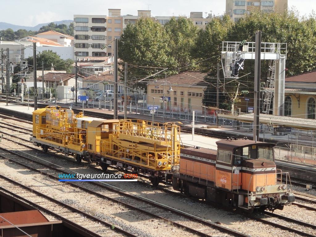 Le locotracteur Y 8016 Moyse d'Infra SNCF en tête d'un train de secours des caténaires en gare d'Aubagne