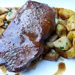 Rumpsteak rosa gebraten, auf Spargel-Kohlrabi-Gemüse mit Rosmarinkartoffeln und Rotweinsauce