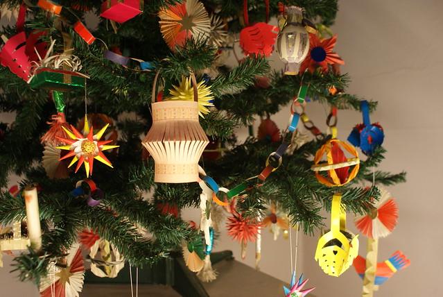 Décorations de noel artisanale en papier et en bois.