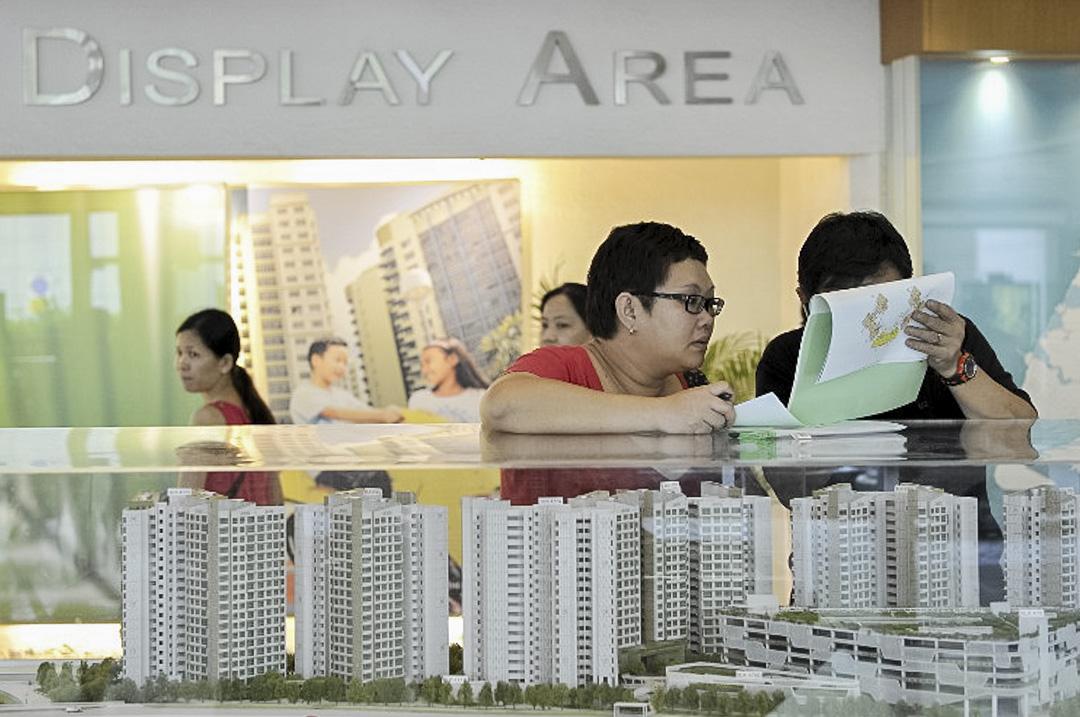 新加坡市民在組屋的銷售中心選購心儀單位。
